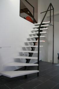 metalen trap met gelakte treden en stalen balustrade