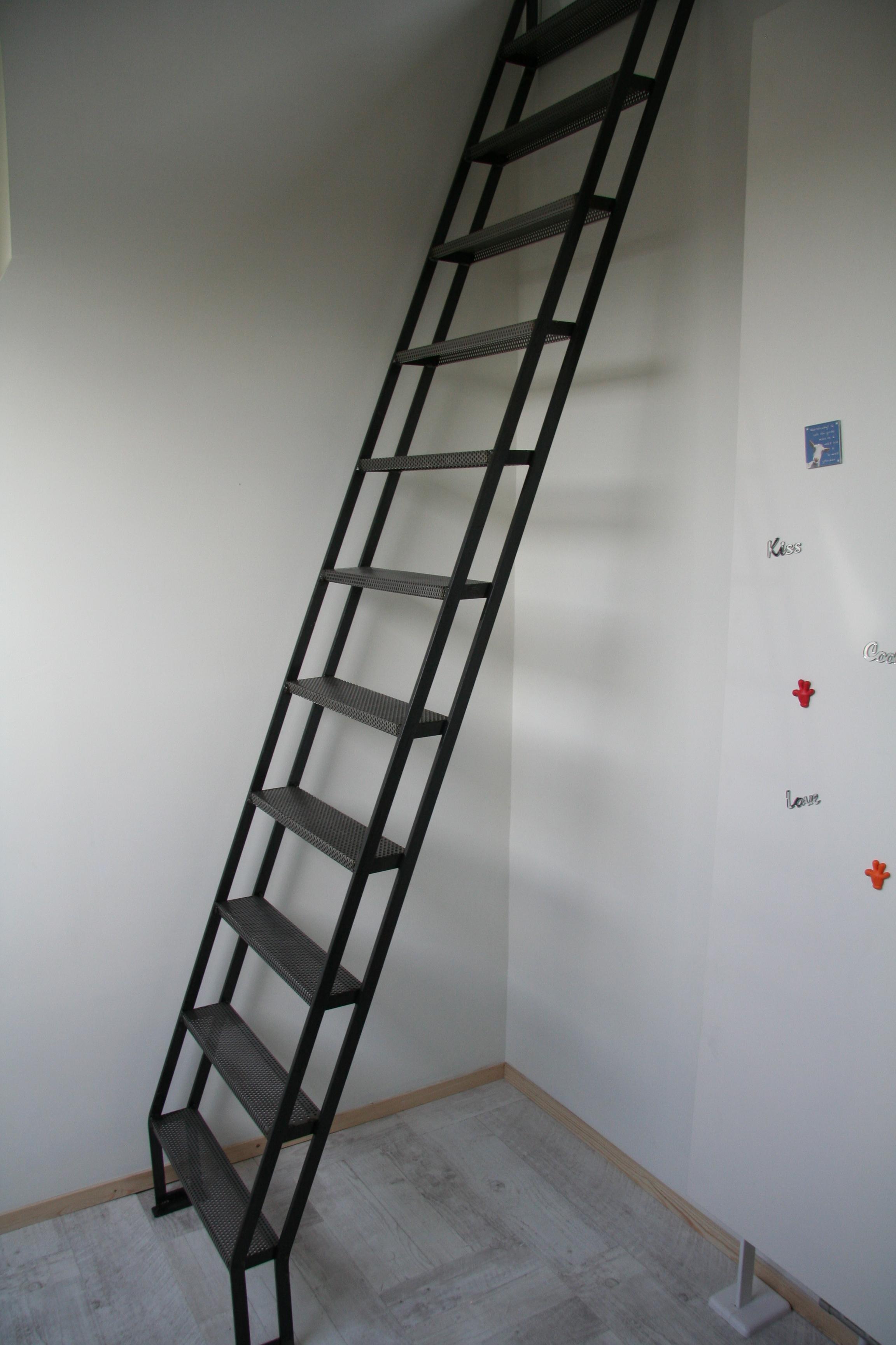 metalen trapje naar mezzanine