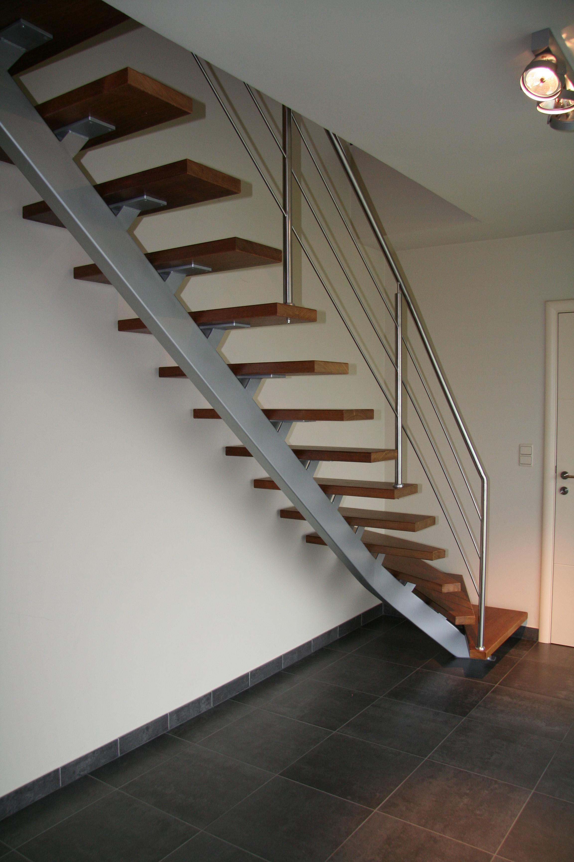 stalen trap met houten treden en inox balustrade