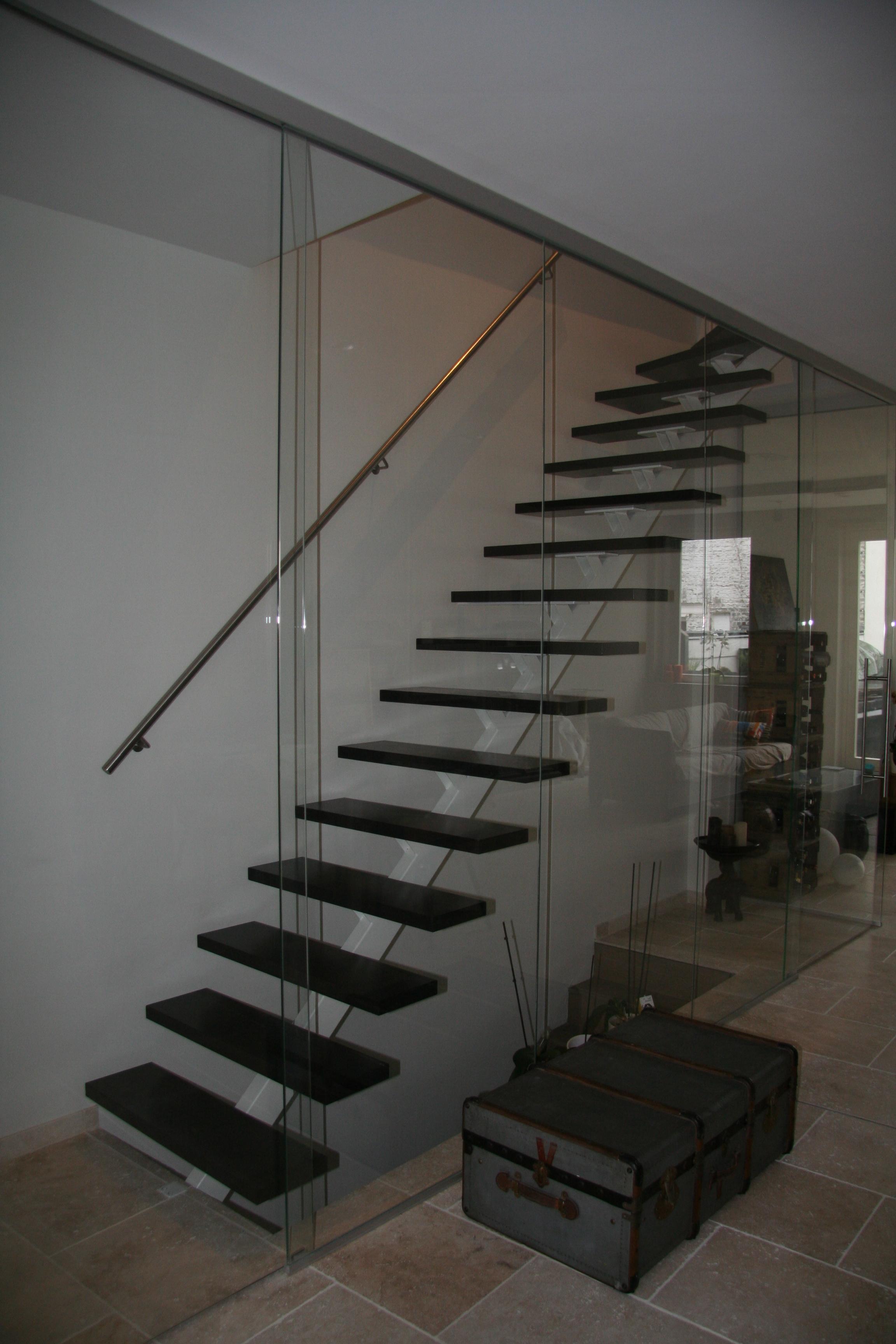 metalen trap met inox handgreep en houten treden
