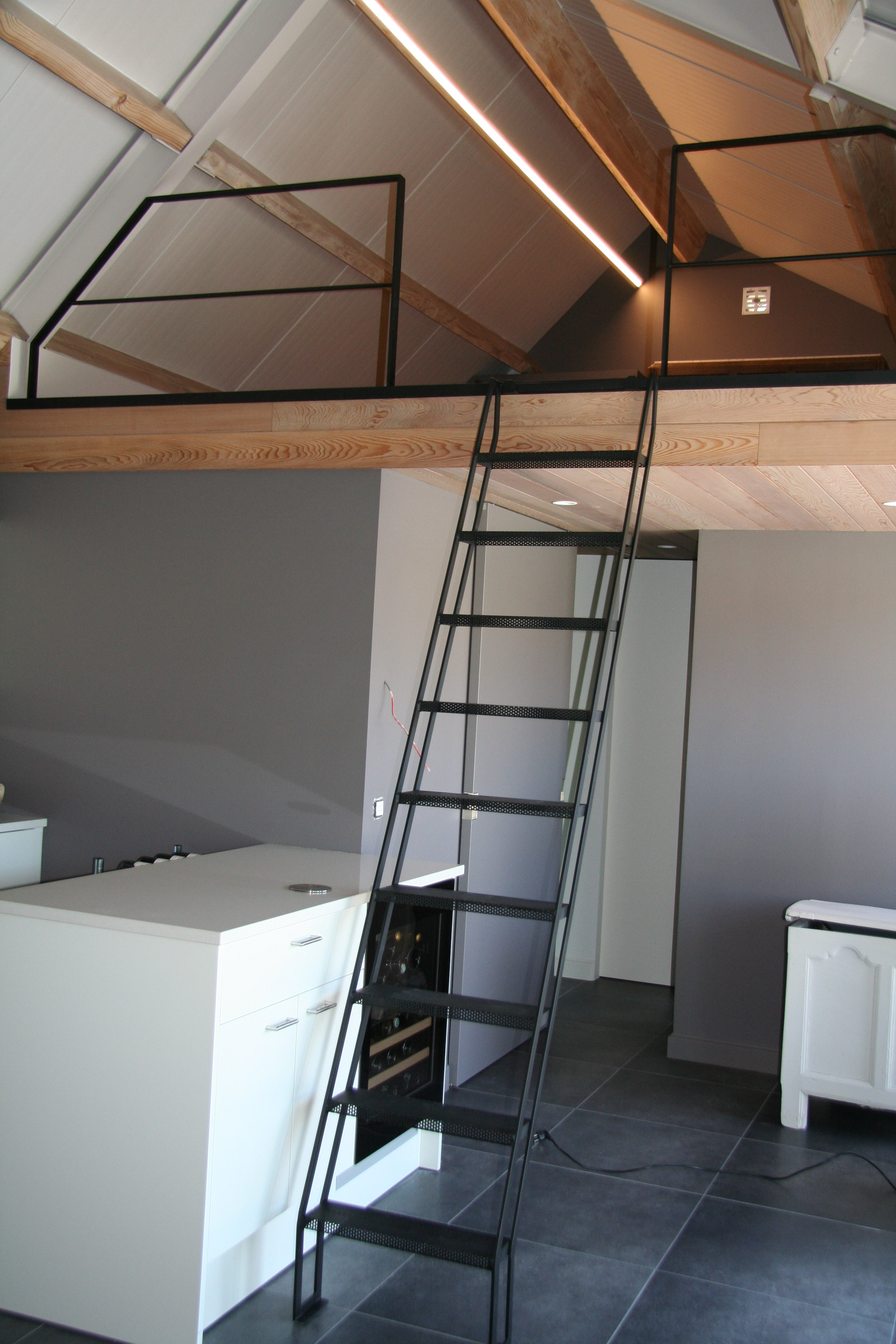 stalen trap naar mezzanine met stalen balustrade