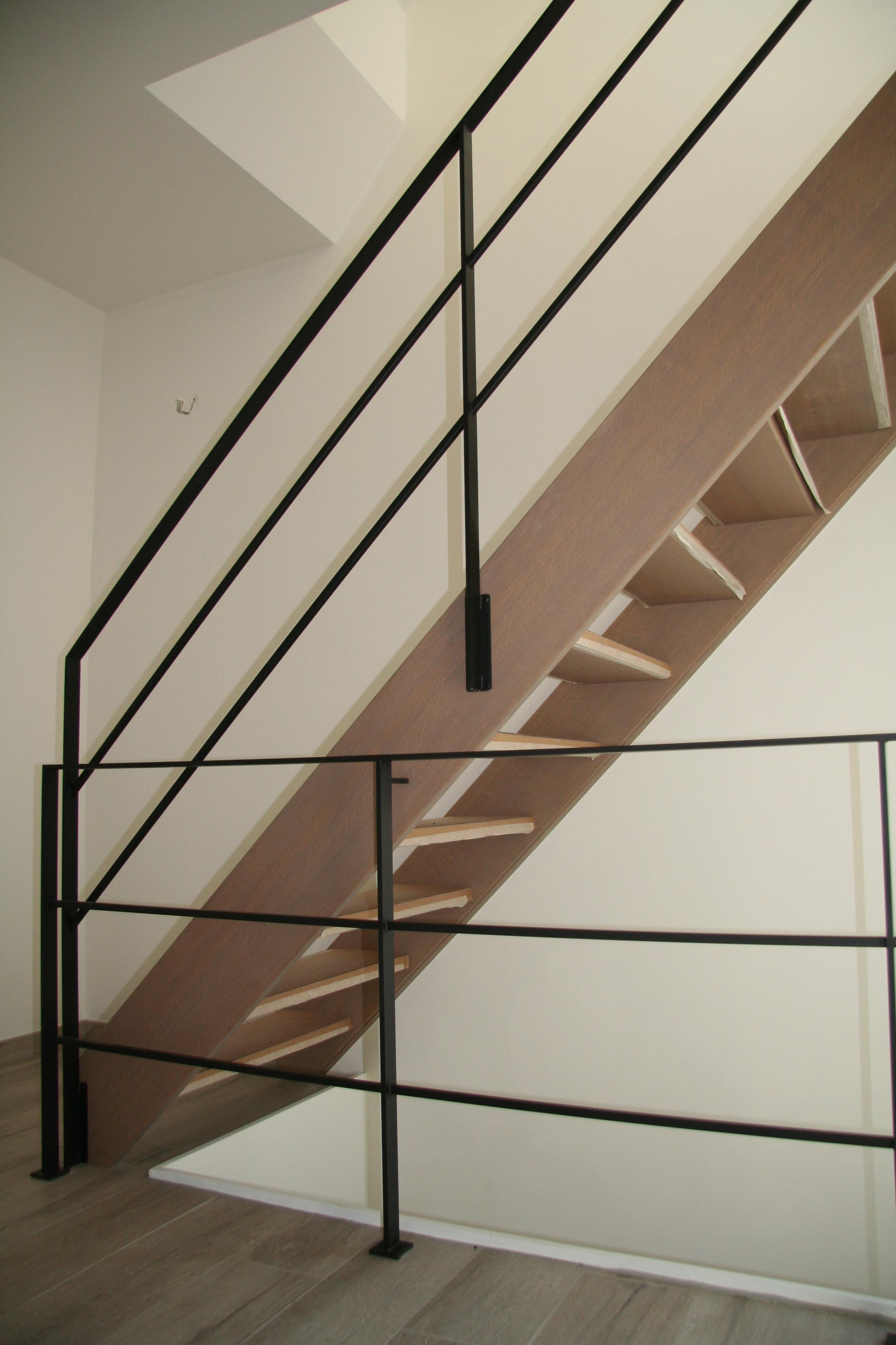 stalen balustrade op houten trap