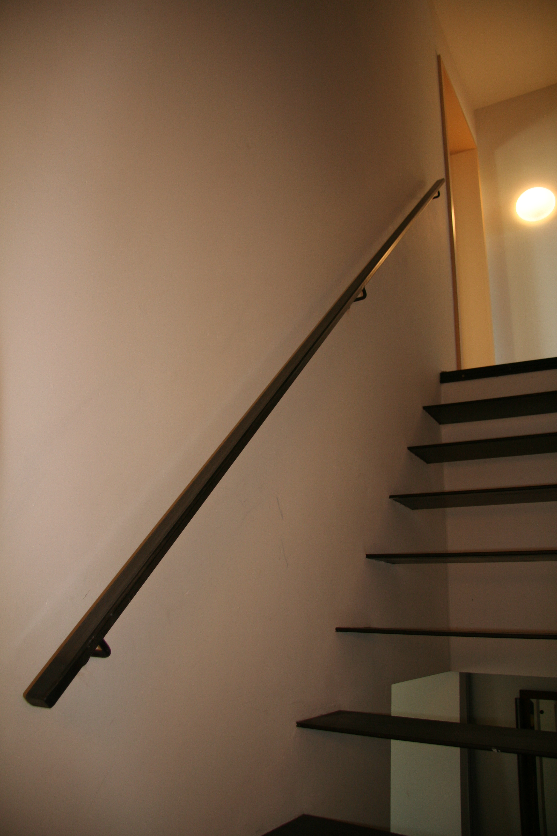 stalen handgreep op stalen trap
