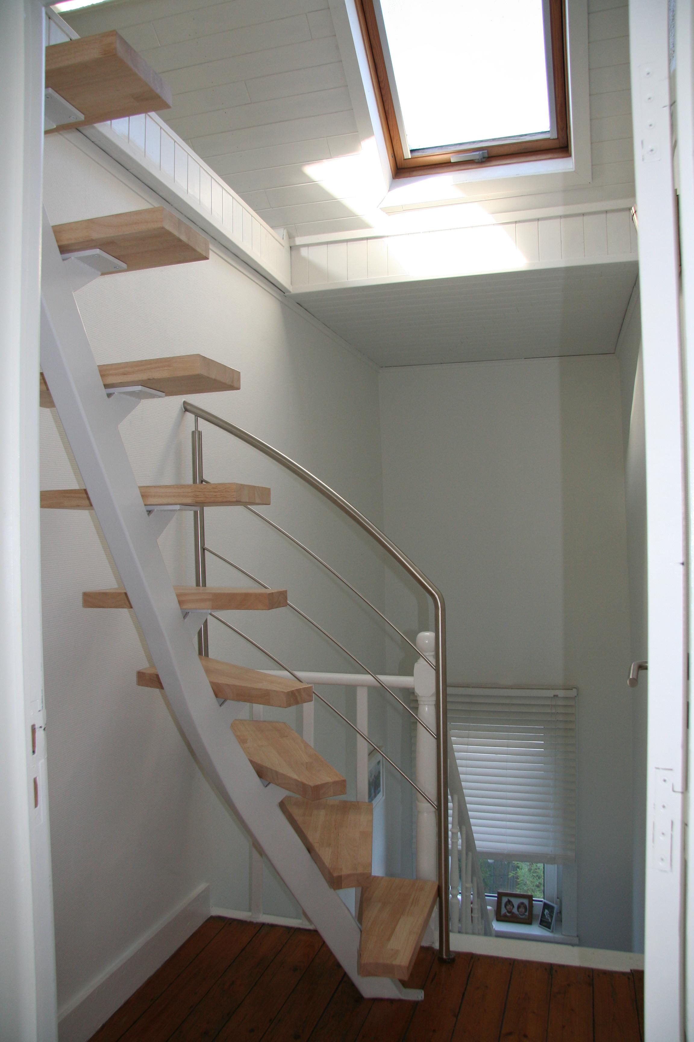 metalen trap met houten treden