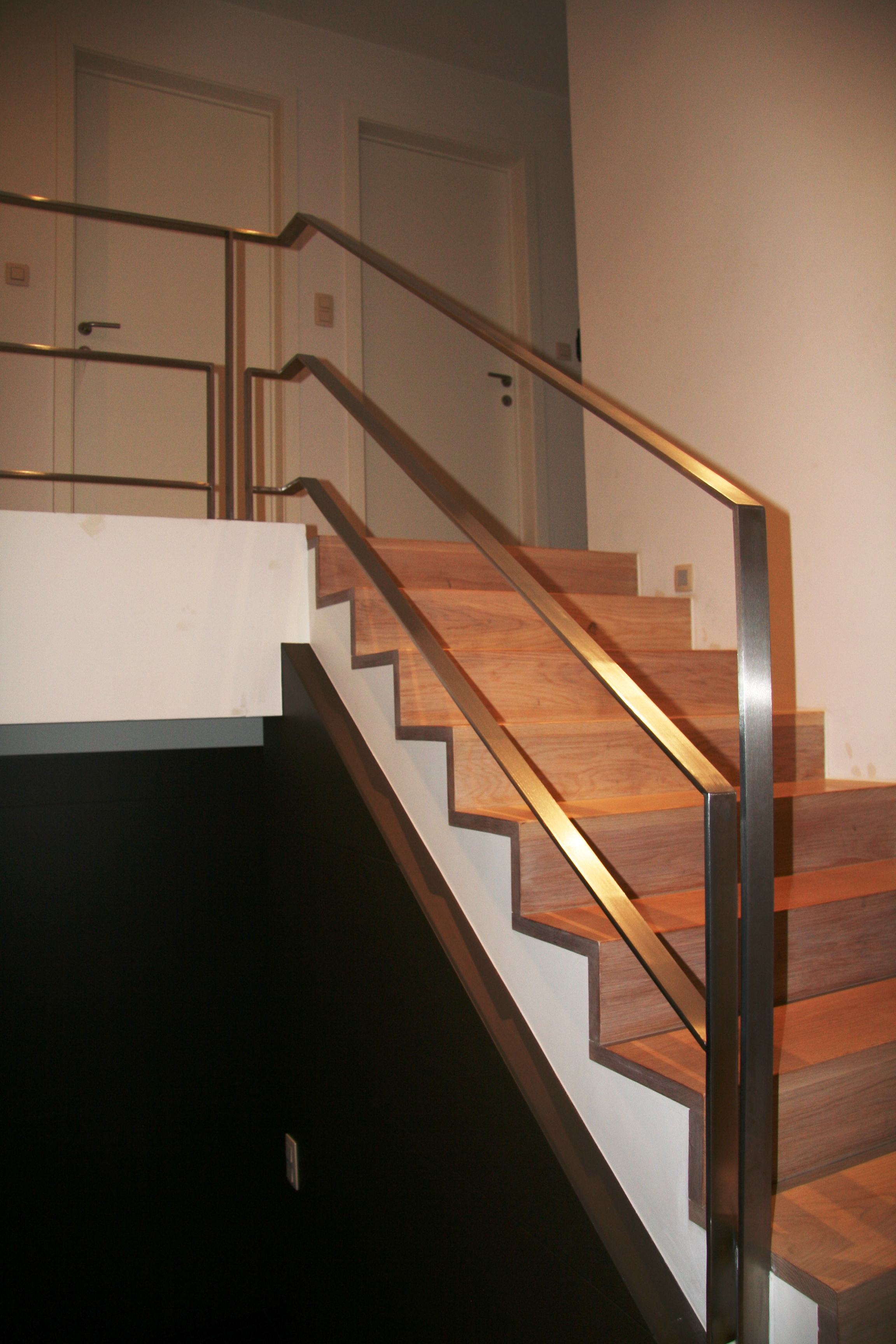 inox balustrade op houten trap en overloop