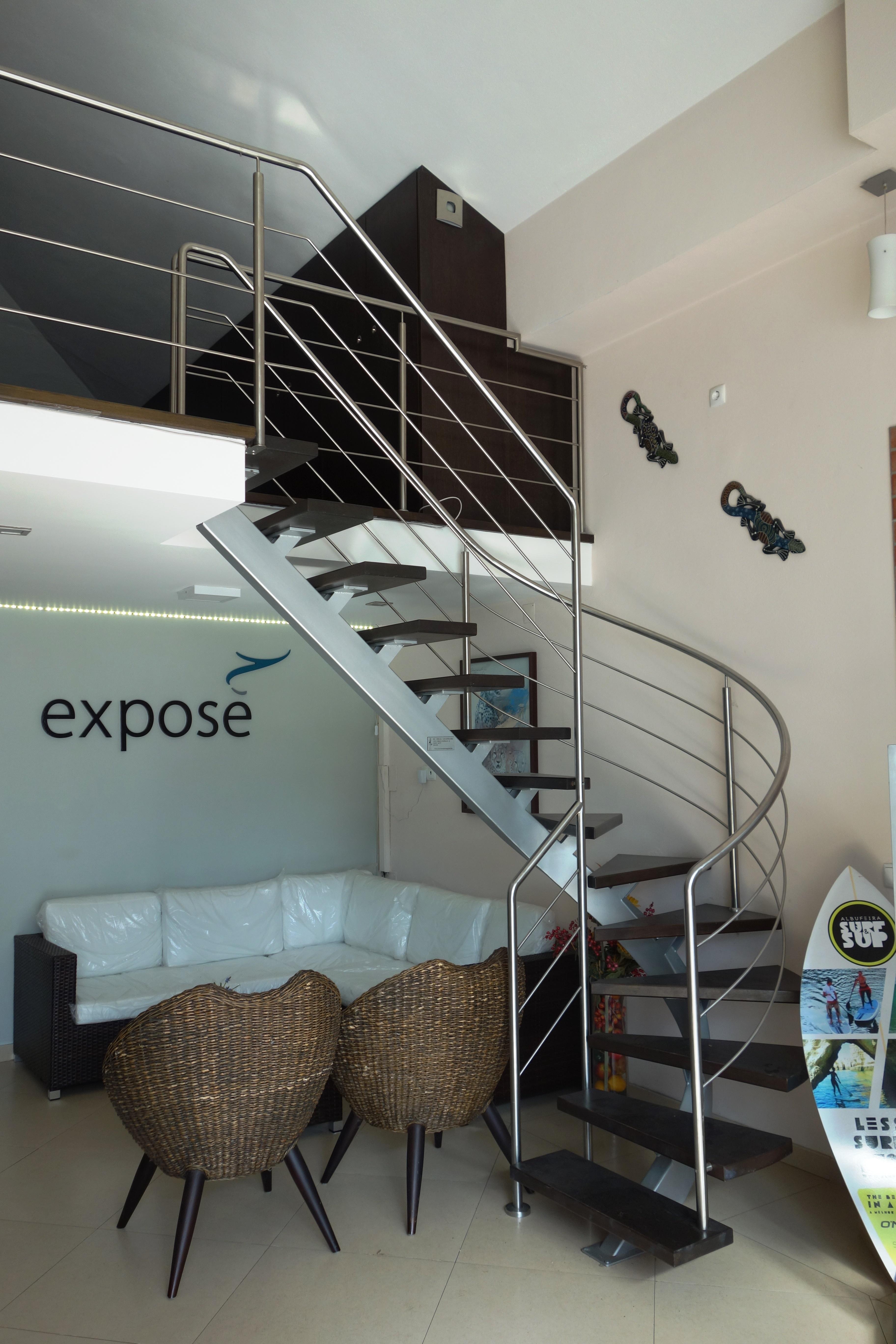 metalen trap met houten treden en inox balustrade